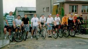 Margl bike team na startu prvního ročníku - já jsem ten jediný na silničním kole s brýkemi ve vlasech.