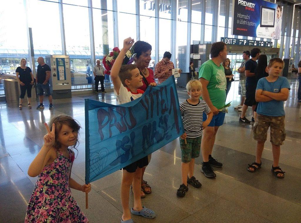 Čekání na letišti aneb fandí celá rodina